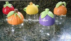 Jogo com 5 peças.  Potes de vidro decorados com biscuit.  Todas as peças estão envernizadas p/ facilitas a limpeza e manutenção das mesmas.