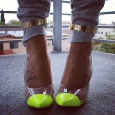 gold above-ankle straps, neon toes, grey legging <3
