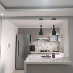 """603 curtidas, 45 comentários - Apartamento da Mari (@apartamentodamari) no Instagram: """"Vista da sala para a cozinha, só amor ♥️. #apemrv #meumrv #mrvengenharia #meuprimeiroape…"""" Kitchen Room Design, Home Room Design, Kitchen Cabinet Design, Kitchen Layout, Kitchen Decor, House Design, Cozy Apartment Decor, Small Apartment Kitchen, Apartment Design"""
