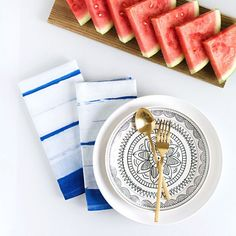 A super easy tutorial for how to use the sun to dye these simple striped napkins for summer!
