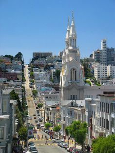 Saints Peter and Paul Church in North Beach, San Francisco. Baseball legend and Neighborhood native Joe DiMaggio was photographed there with Marilyn Monroe after marrying her at City Hall in North Beach San Francisco, San Francisco Tours, San Diego, San Francisco California, California Dreamin', Northern California, Santa Monica, Places To Travel, Places To Visit