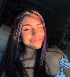 i love her bare face omg Dye My Hair, New Hair, Gefärbter Pony, Hair Inspo, Hair Inspiration, Dyed Bangs, Pink Hair Streaks, Model Tips, Aesthetic Hair
