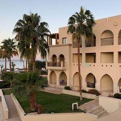Ein kleiner Vorgeschmack auf unser Hotel in #Jordanien das @talabayresort {Werbung} das wir euch demnächst noch genauer vorstellen! #aqaba #akaba #talabay #talabayresort #jordanienreise #urlaub #rotesmeer #visitjordan #tipps #petra #petrajordan #jordania #travelgram #lifestyleandtravel #reisebloggerat #gindeslebensblog #reisetipps #sightseeing #instatravel #instatravelgram Petra, Gin, Highlights, Mansions, House Styles, Instagram, Red Sea, Travel Advice, Advertising