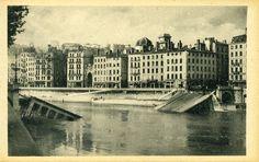 Situé sur la #Saône, le pont La Feuillée relie le quai de la Pêcherie au quai de Bondy. Les berceaux de verdure qui l'entouraient s'appelaient des feuillées. Même dénomination depuis la construction du précédent, en 1830. Détruit par les allemands en sept. 1944 lors de leur débâcle, le pont actuel est construit en 1949 #WW2 #2GM #numelyo #occupation #DeuxiemeGuerreMondiale #Lyon Lyon, Occupation, Construction, Louvre, Actuel, Building, Travel, German Men, Viajes