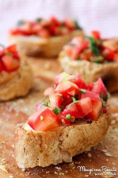 Bruschetta de Tomate e Manjericão, perfeito para petiscar e beliscar. Clique na imagem para ver a receita no Manga com Pimenta.