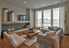 Modern nappali látványos kandallóval