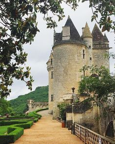 The magnificent Château des Milandes, once home to revered entertainer Joséphine Baker, is now a museum dedicated to her life and career. Situated in the Dordogne Valley of Aquitaine, the castle is a testament to her vivid and varied life. @visitaquitaine @dordogneperigordtourisme @visitfrance