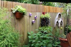 gartenideen gartenzaun hinterhof blumentöpfe pflanzen