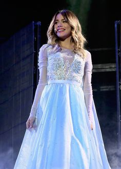 Martina Stoessel qui chante la renne des neiges
