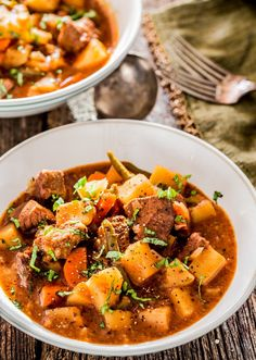 This crockpot beef stew is a hearty and savory beef stew, perfect for those cold winter nights loaded with beef, potatoes, carrots and green beans.