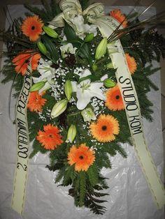 Wiązanka z naturalnych kwiatów: gerber, oraz lilii.Cena: 100zł. Gerbera, Table Decorations, Crowns, Grief, Dinner Table Decorations