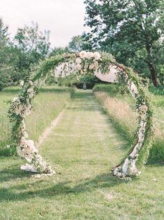 Circular floral arch   Photography: Lauren Fair