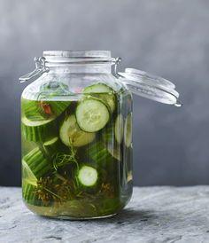 Syltede agurker er perfekt ovenpå en hotdog, en god leverpostejsmad og så meget mere. Du får her en nem opskrift på syltede agurker. Danish Food, Eat Smart, Creative Food, Chutney, Food Inspiration, Lemonade, Pickles, Cucumber, Tapas