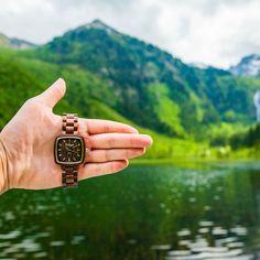 """Die weiche, braune Farbgebung des Walnussholzes steht symbolisch für """"Empfindung"""" oder """"Eingebung"""", wie Intuition auch bezeichnet wird. Intuition, Wood Watch, Accessories, Stainless Steel, Gut Feeling, Wooden Clock"""