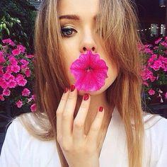 Oi meninas, tudo bem? Hoje vamos falar de fotografia. Eu amo flores, e amo fotografar flores e tirar fotos com flores. Eu sinto que a foto sai mais bonita quando se tem um fundo com flores, elas dã…
