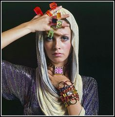 Twiggy in a Roberto Rojas metal mesh hood and an assortment of Lucite rings by Bernard Kayman, Old England and Timex watches, Sant' Angelo bracelets, photo by Bert Stern, Vogue 1967 | par skorver1