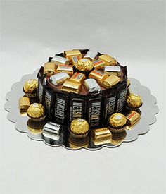 Chocolate Candy Bar Cake---even humble mini-bars can be satisfying. Candy Birthday Cakes, Candy Cakes, Cupcake Cakes, Candy Arrangements, Candy Centerpieces, Bouquet Pastel, Chocolates, Gift Cake, Chocolate Bouquet