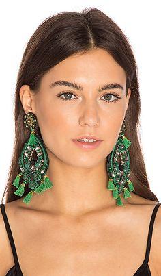 Купить Ranjana Khan ВИСЯЧИЕ СЕРЬГИ в цвете Зеленый в REVOLVE. Бесплатная доставка и возврат в течение 2-3 дней, 30 дневная гарантия лучшей цены