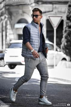 Erfahre welche Teile zu diesem Herrenoutfit passen! Casual Chic Outfit für Männer. Herrenoutfit mit Stoffhose, Langarmhemd, Steppweste und Sportschuhe. Ein Männeroutfit im sportlich-eleganten Look, passend für die Freizeit im Frühling. Outfits für Männer mit passenden Teilen bei Favorite Styles. Aktuelle Outfits für Männer mit passenden Teilen findest Du bei Favorite Styles. Herrenmode, Outfits aller Marken und Stile. Hole dir jetzt Outfit Ideen für dein Männeroutfit!