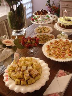 casa de chá da tarde - Pesquisa Google Brunch Cafe, Afternoon Tea Parties, Dinner With Friends, Party Buffet, Tea Party Birthday, Food Displays, Breakfast Buffet, Brunch Wedding, Easter Brunch