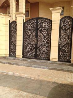 Embedded image permalink Steel Gate Design, Front Gate Design, Main Gate Design, Door Gate Design, Fence Design, Wrought Iron Garden Gates, Iron Gates, Cool Doors, Bungalow House Design