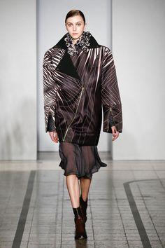 Mila Schön - look 25 SUE ELLEN - Macro biker jacket in silk duchesse doubled in Milan stitch viscose.