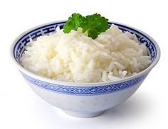Rýže orestovaná na cibuli, zalitá horkou vodou a dušená do měkka.