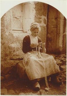 Douarnenez : jeune dentellière assise devant une maison Lhermitte Charles Augustin (1881-1945) ,  photographe Réunion des Musées Nationaux-Grand Palais -
