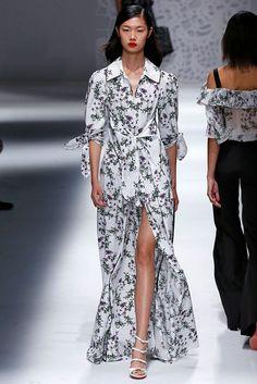 Zdá se, že květinové motivy mají mezi sezonními trendy čestné místo. Návrháři se k nim pravidelně vracejí, a přesto dokážou rozkvetlé motivy pojmout pokaždé trochu jinak. Co říkáte na košilové šaty z dílny Blumarine?