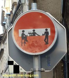 Poitiers, un stop relooké, septembre 2012 Poitiers, Feeling Happy, Coffee Shop, Street Art, Funny Memes, Lol, Cool Stuff, Graffiti, Geek