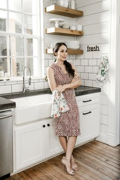 Fixer Upper's Joanna Gaines Will Take Your Breath Away in These Never-Before-Seen Photos - Everything to love in this kitchen! Fixer Upper& Joanna Gaines Will Take Your Breath Away in - Fixer Upper Joanna, Magnolia Fixer Upper, Magnolia Homes, Magnolia Market, Magnolia Kitchen, Magnolia Farms, Joanna Gaines Style, Chip And Joanna Gaines, Chip Gaines