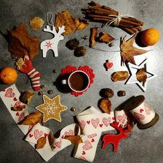 {2dicembre} Foglie arricciate, noci, renne, campanellini che tintinnano. Una tazza rossa e un biscotto con la glassa bianca. Il profumo di mandarini e cannella. La fioca luce di una candela. Si conclude una settimana magica, durante la quale l'autunno lascia spazio all' inverno. #gioiedinatale #coffeeandseasons @zuccaviolina @gioiedigiulia #coffeetime #coffee #cinnamon #christmas #xmas #red #leaf #autumn #fall #december #hearts #foodphotography #noel #advent