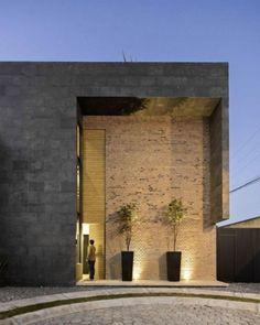 5. Entrada da residência Sol 25, localizada em San Pedro Cholula, México, desenhada pelo escritório Proyecto Cafeína.