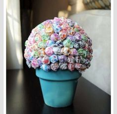 Lollipop Tree made with a plant pot, styrofoam ball and bag of dum dums. Just place the styrofoam ball in the plant pot and stick the lollipops in, keeping them close together. Lollipop Centerpiece, Lollipop Tree, Lollipop Bouquet, Birthday Centerpieces, Lollipop Party, Table Centerpieces, Wedding Centerpieces, Centerpiece Ideas, Candy Bouquet