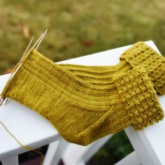 I still haven't decided if the second sock is faster or slower. Loom Knitting, Knitting Socks, Hand Knitting, Knitting Patterns, Crochet Shoes, Knit Crochet, Knitted Bags, Crafty Projects, Yarn Crafts
