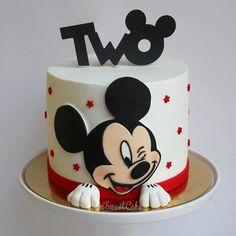 SweetCake® 𝙗𝙮 𝙈𝙖𝙧𝙞𝙖 𝙎𝙤𝙪𝙨𝙖 в Instagr… – birthdaycakeideas Baby Mickey Cake, Bolo Do Mickey Mouse, Mickey Cakes, Mickey Mouse Clubhouse Birthday, Baby Birthday Cakes, Minnie Mouse Cake, Minnie Birthday, Birthday Kids, Mickey Mouse Party Decorations