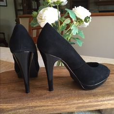 """STEVE MADDEN Black Suede Pumps Great Classic Pump! Black suede with Black patent heel and platform. Heel measures 5"""" with almost a 3/4"""" platform. Size 8m Steve Madden Shoes"""