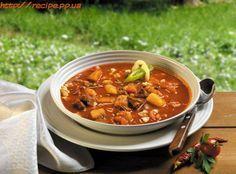 Закарпатский бограч гуляш от http://www.smachno.ua/: Говядина 200 г Сало 50 г Лук репчатый 1 шт Морковь 1 шт Фасоль отваренная 100 г Томаты (или томатная паста) 2 шт Чеснок 2 зубчик Картофель 1 шт Чили свежий по вкусу Паприка по вкусу Яйцо 1 шт Мука по вкусу Смалец по вкусу Перец по вкусу Соль по вкусу Приготовление чипеток Из яйца, небольшого количества смальца, муки и соли замешиваем тесто. Даем ему отдохнуть 30 минут и раскатываем в тонкий пласт. Приготовление бограча На разогретой…