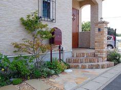 玄関脇のポスト(ボビ)とグランドカバー House Entrance, Doorway, Garden Inspiration, Exterior, Patio, Outdoor Decor, Plants, Design, Home Decor