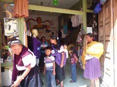 Las artesanas en Kux lejal, entregando productos.