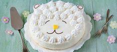 vrolijke lente taart op basis van kwark met knapperige schuimpjes in de vorm van een lammetje