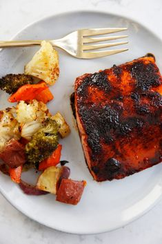 Lexi's Clean Kitchen | Chili Maple Glazed Salmon Salmon Recipes, Seafood Recipes, Dinner Recipes, Clean Recipes, Healthy Recipes, Maple Glazed Salmon, Salmon Tacos, Salmon Dishes, Le Diner