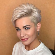 Short Hair Over 60, Short Hairstyles Over 50, Funky Short Hair, Short Grey Hair, Edgy Hair, Short Hair Cuts For Women, Cool Hairstyles, Short Hair Styles, Beautiful Haircuts