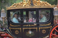 Buckingham Palace Royal Carriage - Google Search Wedding Carriage, Afternoon Wedding, Duchess Of Cornwall, Westminster Abbey, Royal Weddings, Prince Of Wales, Prince Charles, Buckingham Palace, Camilla