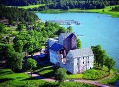 Linna rakennettiin alun perin puolustuslinnakkeeksi 1300-luvulla. Sen jälkeen linnaa rakennettiin useaan otteeseen aina 1600-luvulle asti ja ajan myötä se sai entistä enemmän hallinnollista merkitystä. 1600-luvun loppupuolella linna hylättiin ja se alkoi rapautua. Linnarauniot on nyt suurimmaksi osaksi entisöity ja linna on avoinna vierailijoille. http://www.kastelholm.ax/fi