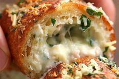 Aprenda a fazer o pão de alho recheado com presunto e queijo: | Um pão de alho recheado com presunto e queijo é o presente que você merece