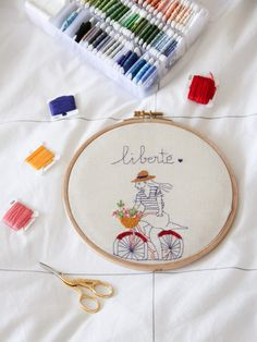 Mes premières broderies : ici le modèle Enjoy the ride (modèle Marion Romain) Enjoy The Ride, Diy, Beginner Embroidery, Modern Embroidery, Roman, Bricolage, Do It Yourself, Homemade, Diys