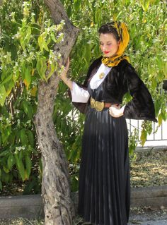 Παραδοσιακή γυναικεία φορεσιά απο την Κύμη./Traditional costume from Kymi,Greece