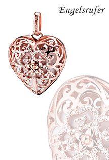 Colgante llamador de ángel de plata de ley bañada en oro rosa con forma de corazón. Bola interior con forma de corazón en color blanco perlado, intercambiable. Corazón de circonitas blancas en motivo floral. Tamaño de 29 milímetros.