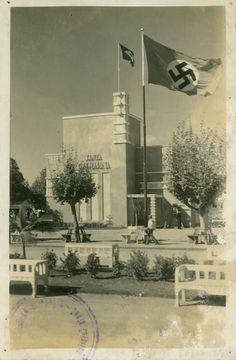 Bandeira nazista tremulando ao lado da Bandeira Brasileira, retrata a Sede distrital do Governo de Santa Catarina, 1934. Fotos de fatos.